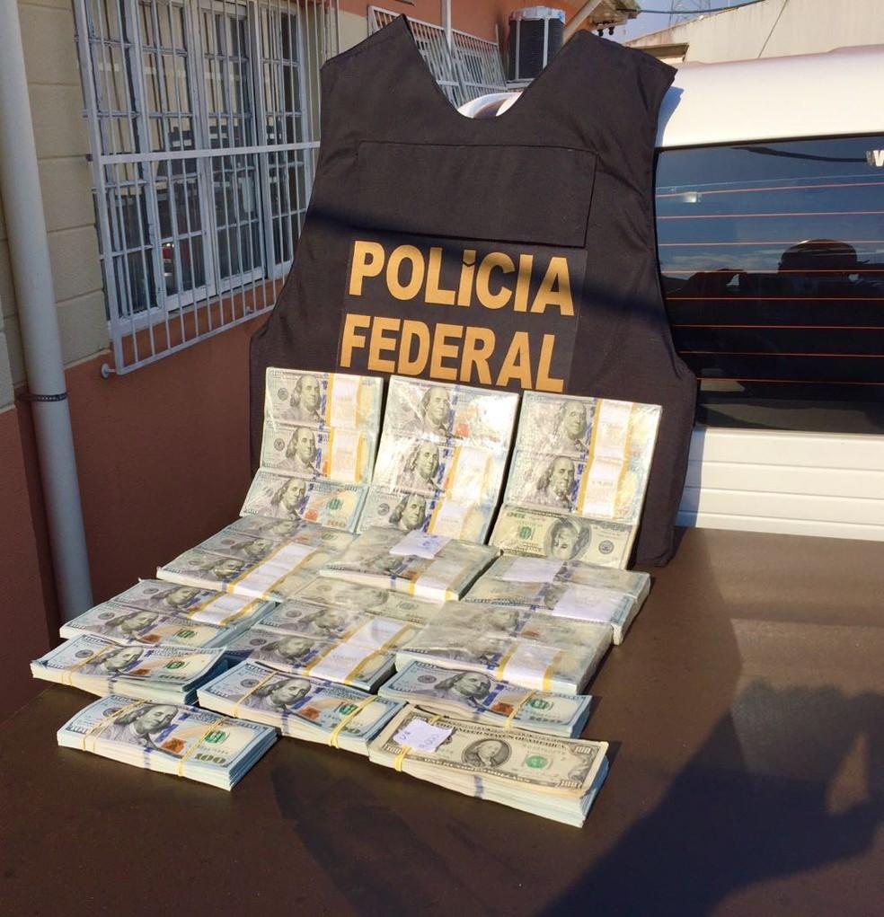 Dinheiro foi encontrado após análise em mensagens de texto em celulares apreendidos com Cabeça Branca (Foto: Divulgação/Polícia Federal)