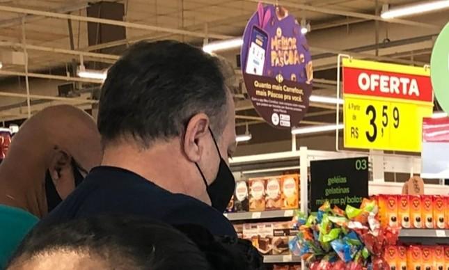 Pazuello em supermercado em Brasília