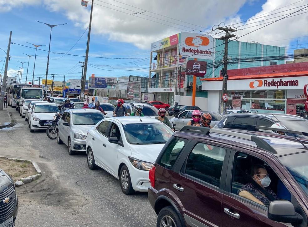 Protesto deixou o trânsito lento e intenso no bairro dos Bancários, em João Pessoa — Foto: Luana Silva/G1