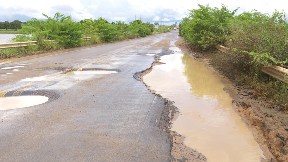 Buracos tomam conta da pista em trechos da BR-421 (Foto: Rede Amazônica/Reprodução)