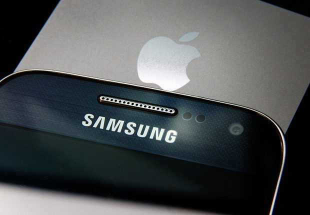 Logos em smartphones da Apple e da Samsung (Foto: Peter Macdiarmid/Getty Images)