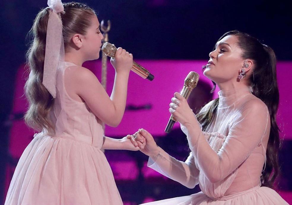 Jessie J e Keira Laver no 'The Voice Kids' britânico — Foto: Divulgação/iTV