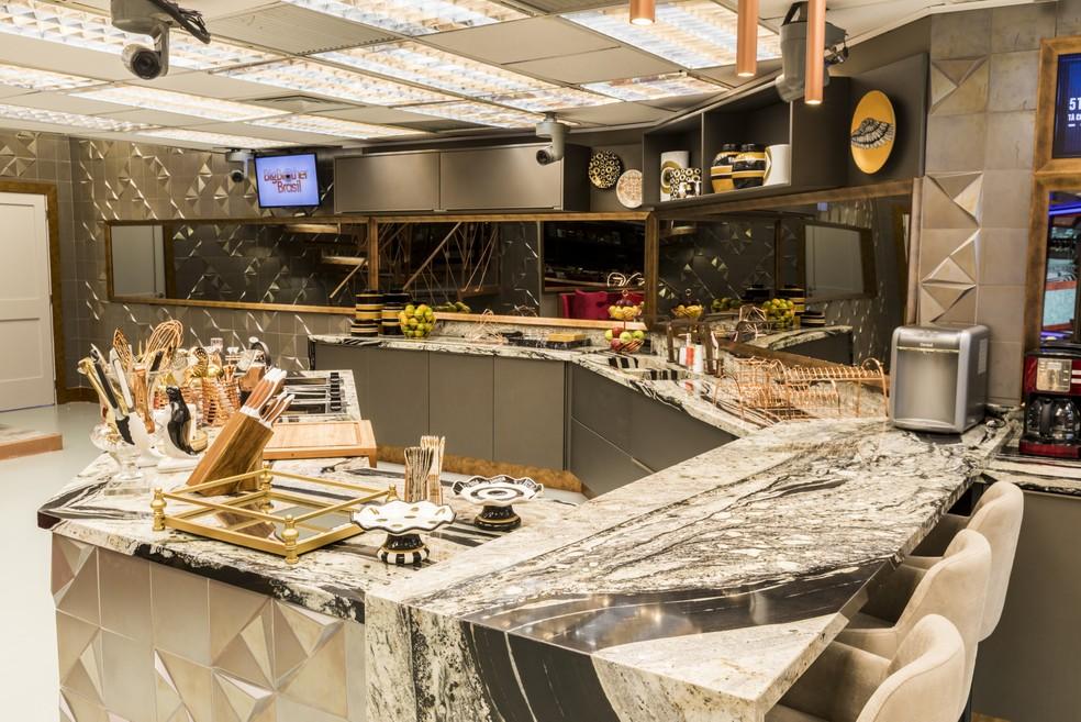 A cozinha é um luxo à parte! Muito mármore e utensílios nas cores bronze e dourado — Foto: Victor Pollak/TV Globo