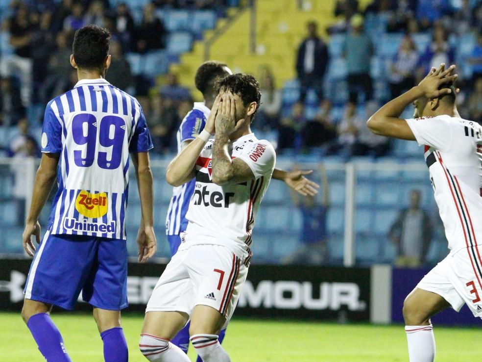 Alexandre Pato lamenta chance desperdiçada pelo São Paulo diante do Avaí — Foto: Filipe de Andrade / Estadão Conteúdo