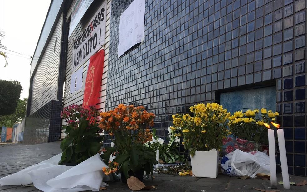 Flores, velas e mensagens de apoio são colocadas em frente ao Colégio Goyases (Foto: Sílvio Túlio/ G1)