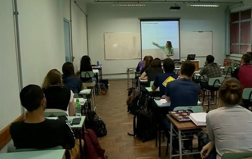 Estudantes podem perder bolsa de filantropia — Foto: Reprodução / RBS TV