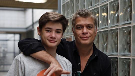 Fábio Assunção faz aniversário e se diverte ao lado do filho João em quiz de Dia dos Pais