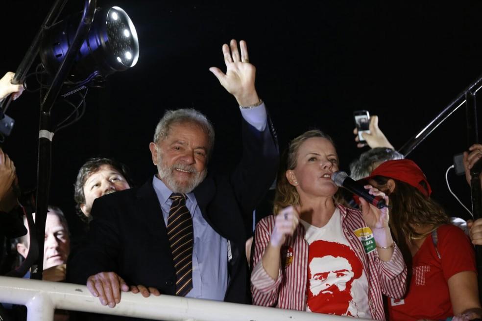 Lula em ato no centro de Curitiba, após prestar depoimento a Moro nesta quarta (13) (Foto: Rodrigo Fonseca)