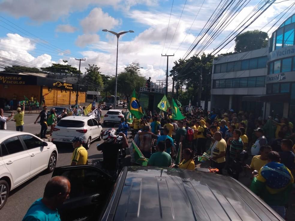 FORTALEZA, 14h27: Manifestantes participam de carreata em apoio ao presidente Jair Bolsonaro neste domingo (26) — Foto: Flávio Rovério/SVM