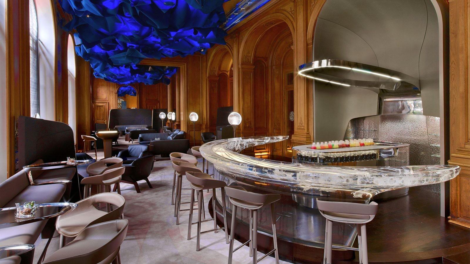 Bar do Plaza Athénée com décor inspirado na jaqueta Bar de Christian Dior (Foto: Divulgação)