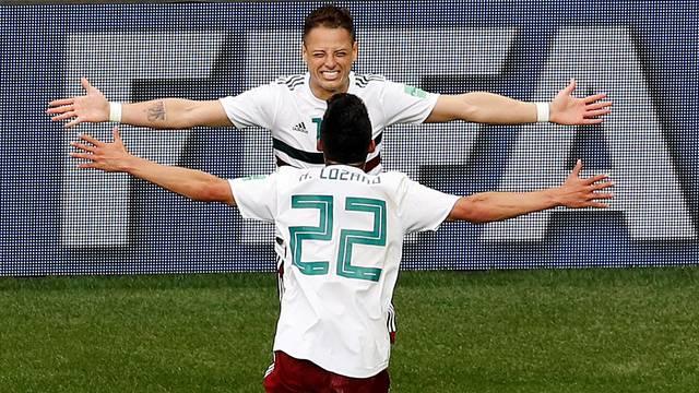 Lozano e Chicharito vibram após segundo gol do jogo