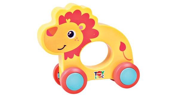 2. Para lá e para cá | Brinquedos de rodinhas são perfeitos para quem está aprendendo a engatinhar. Meu Carrinho Animal, Buba, R$ 34,90. Mede 14 cm de altura. (Foto: Divulgação)