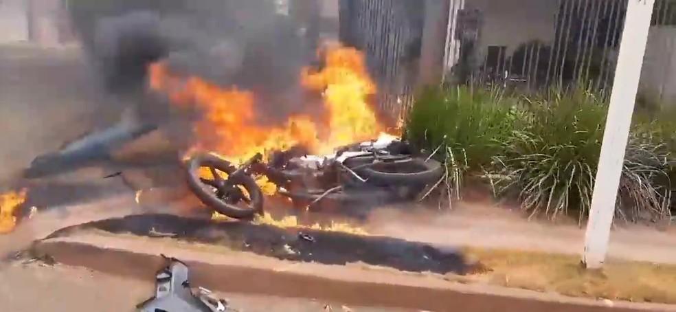 Motocicleta pegou fogo após ser atingida por um carro em um cruzamento nesta terça-feira (14) em Tangará da Serra (MT) — Foto: Divulgação