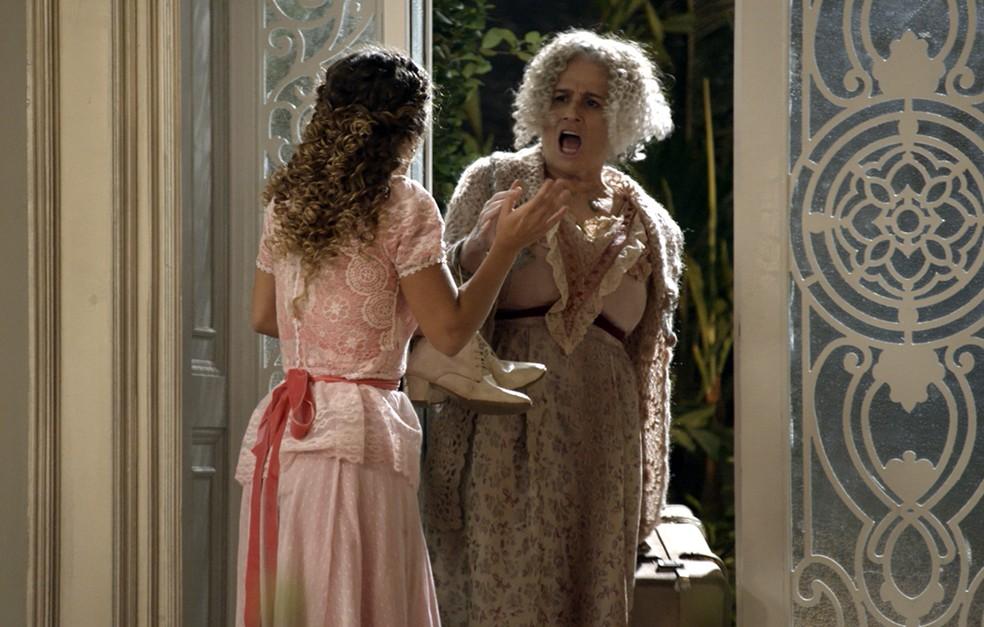 """Na hora """"H"""", Lídia dá de cara com Ofélia, que acaba de chegar na capital (Foto: TV Globo)"""
