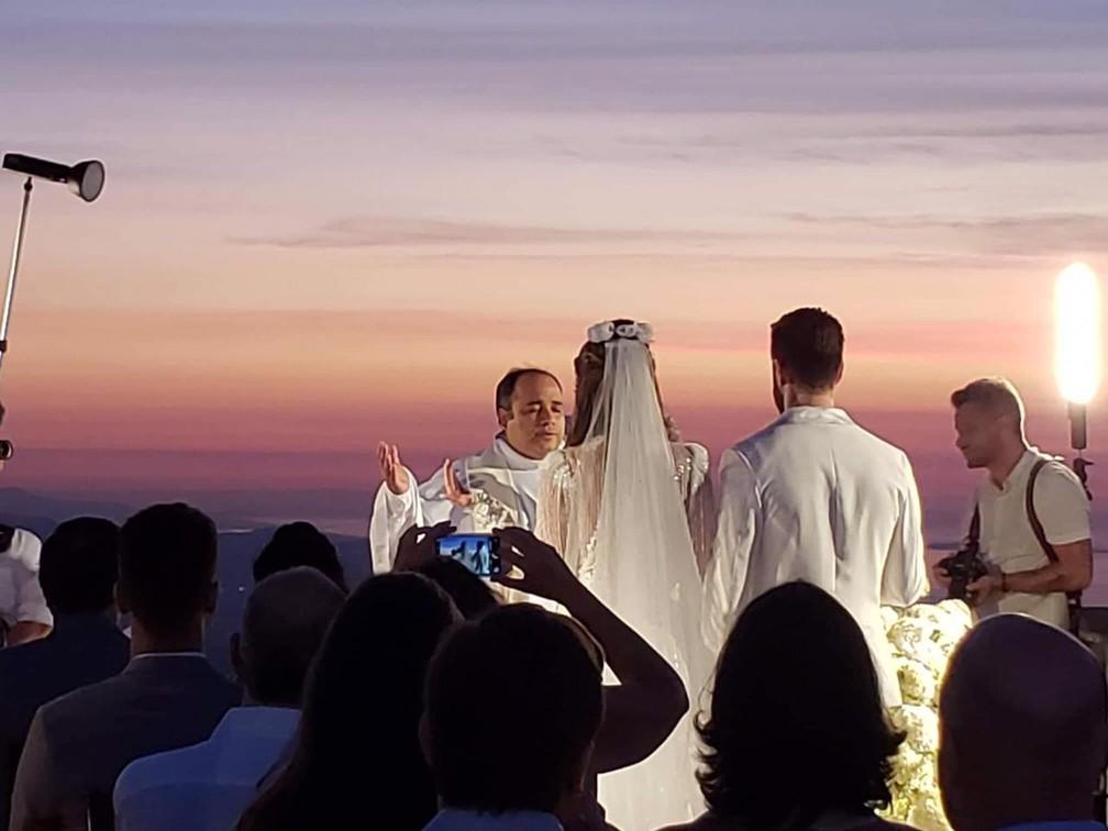 Padre Omar celebra o casamento de Alok e Romana — Foto: Santuário do Cristo Redentor