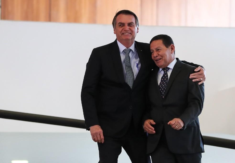 O presidente Jair Bolsonaro e o vice-presidente Hamilton Mourão, no Palácio do Planalto, durante o lançamento do programa Novo Mercado de Gás — Foto: Marcos Corrêa/PR