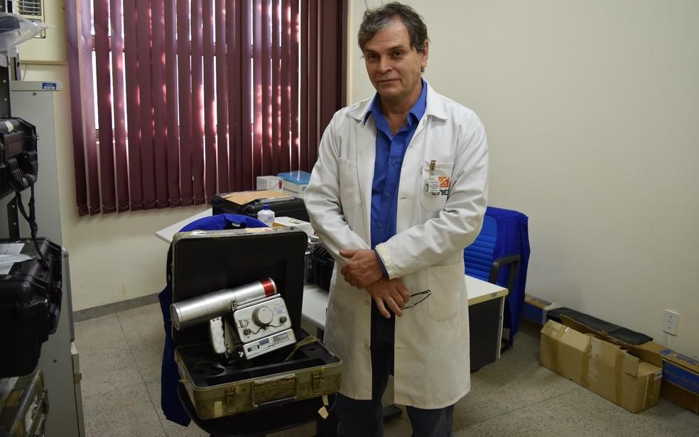 Rugles Barbosa, coordenador do CRCN-CO, ao lado ao aparelho que detectou a radiação do césio-137 (Foto: Sílvio Túlio/G1)