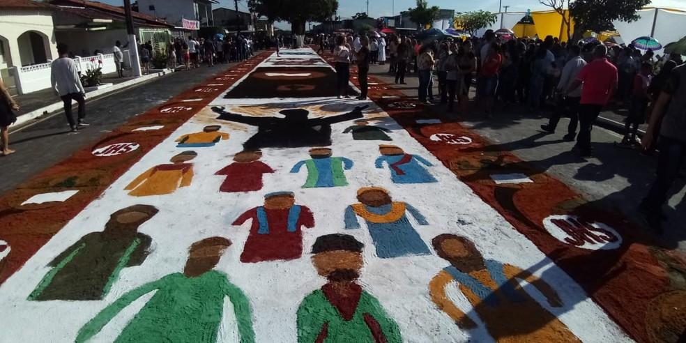 Tapetes de serragem são feitos durante a noite e madrugada por jovens católicos.  — Foto: Noriel Magalhães/ TV Liberal