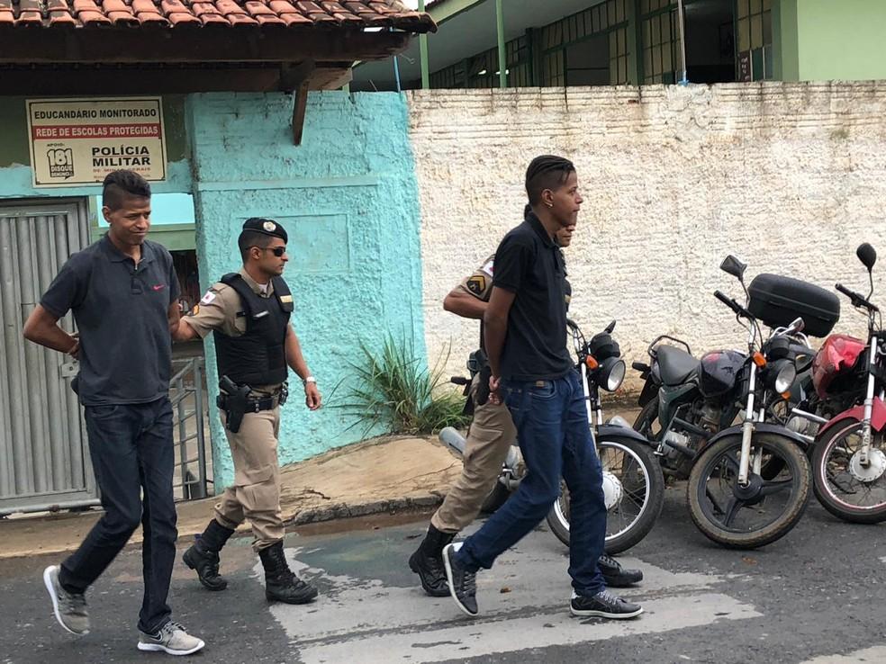 Irmãos foram presos com ponto eletrônico durante prova do Enem em Montes Claros — Foto: Juliana Gorayeb/G1
