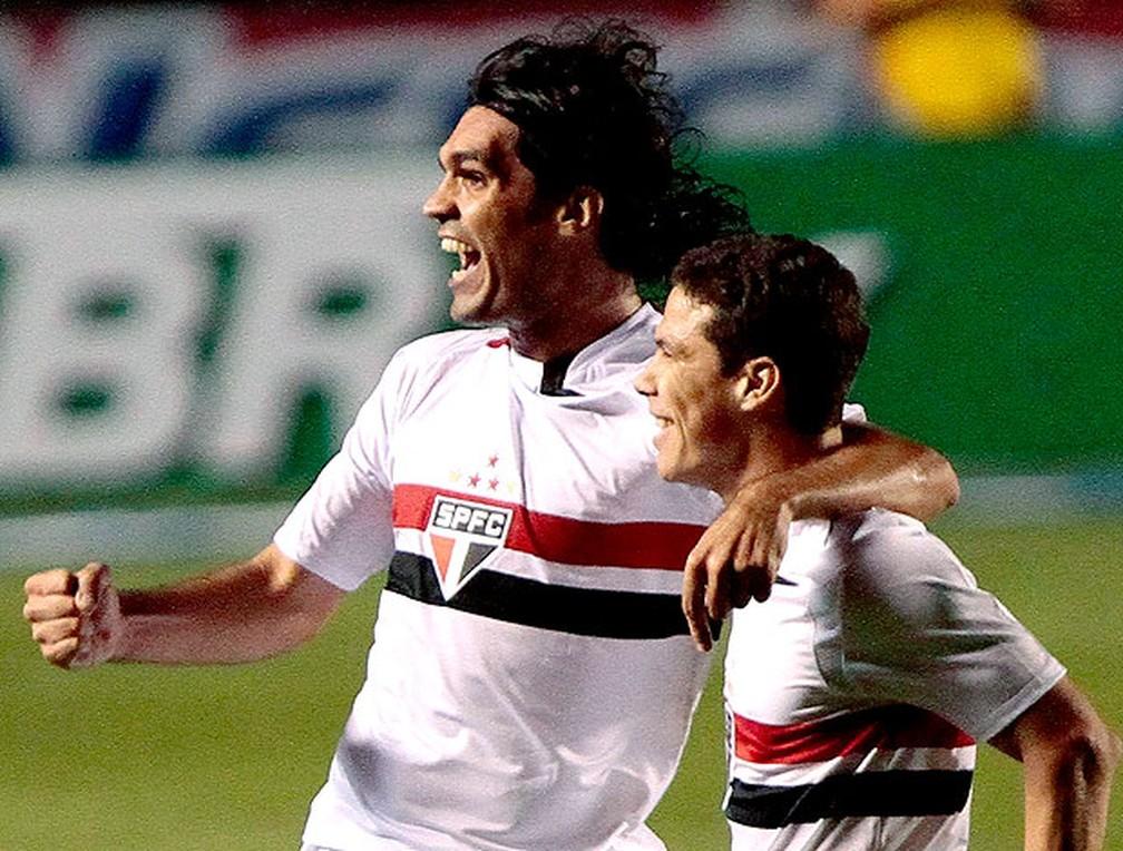 Fernandão e Hernanes comemoram gol do São Paulo — Foto: Wagner Carmo / VIPCOMM