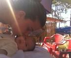 Debby beija a filha Duda | Arquivo pessoal