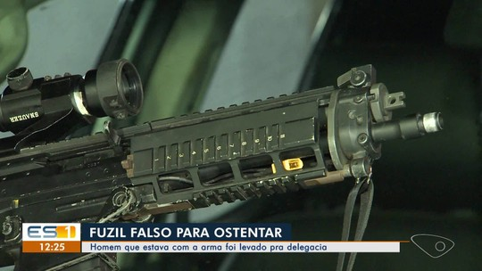 Homem é preso com fuzil falso usado para ostentar entre traficantes em Vila Velha, ES
