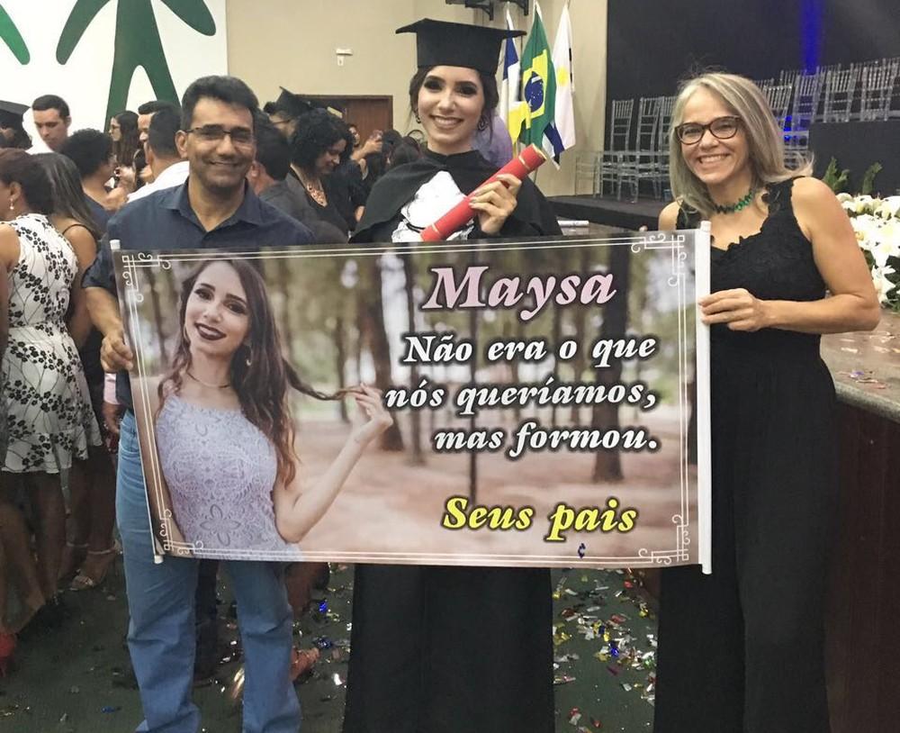 Pais surpreendem com faixa para formaturada da filha: 'Não era o que queríamos'