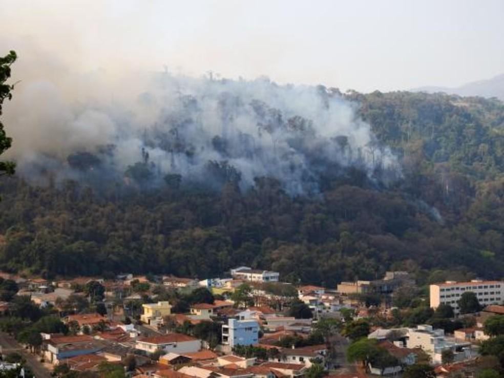 Incêndio volta à Serra da Paulista, em Águas da Prata, um dia após ter sido considerado controlado — Foto: Prefeitura de Águas da Prata