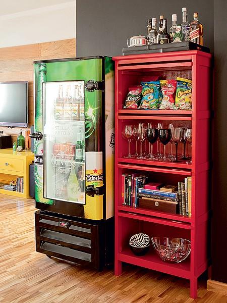 A geladeira de bar conquistou a sala de jantar no projeto de Tieko Matsuda e Luciana Nogueira. Ela deixa as bebidas na temperatura certa, enquanto, ao lado, um móvel acomoda taças e salgadinhos (Foto: Edu Castello/Casa e Jardim)