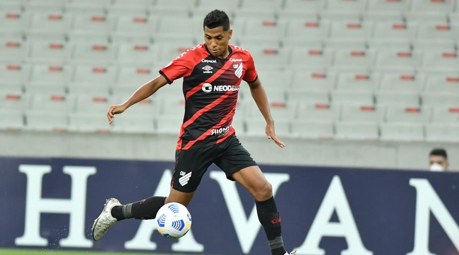 Esposa de Pedro Rocha relata ofensas racistas ao atacante do Athletico nas redes sociais