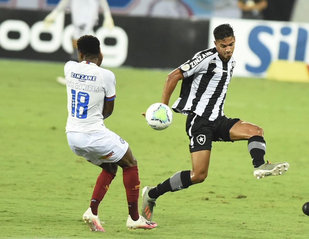 O jovem Sousa não comprometeu em mais um jogo como titular — Foto: André Durão/ge