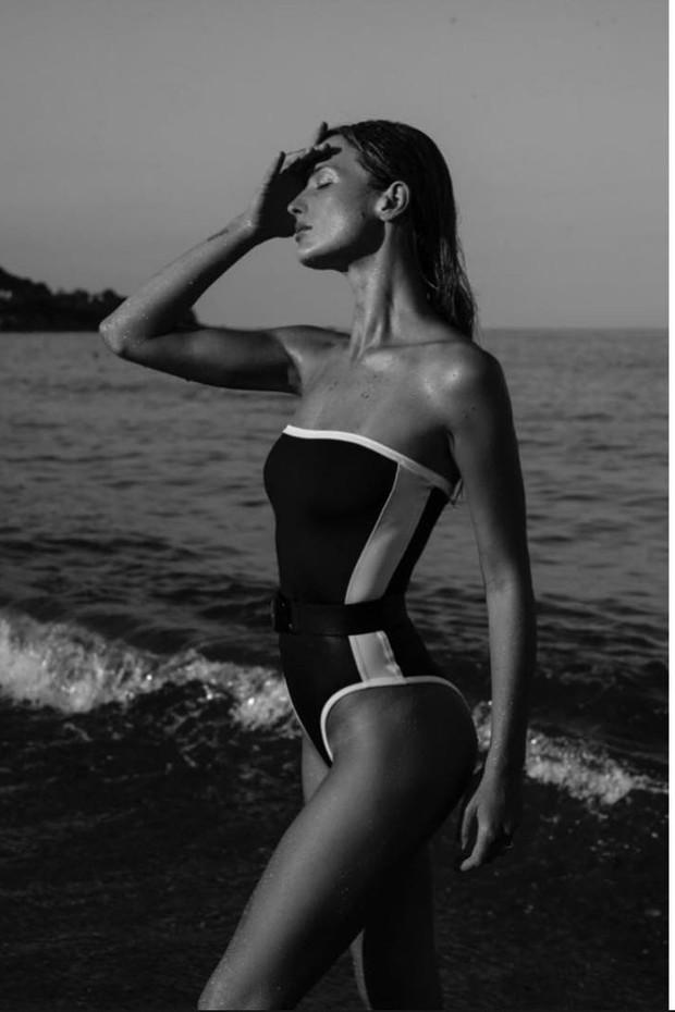 Flavia Lucini usa modelo P&B com cinto (Foto: Reprodução Instagram @flavialucini)