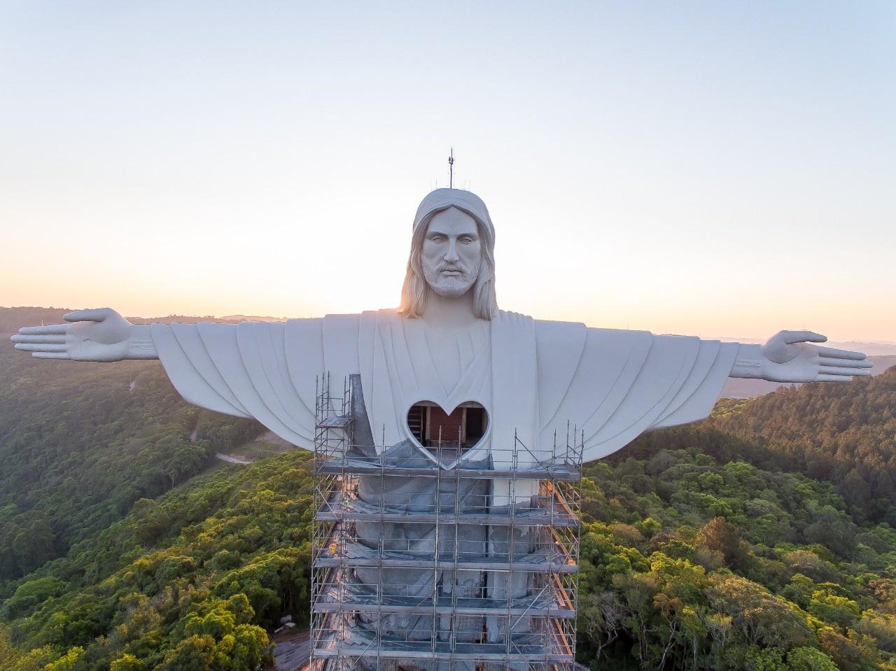 Coração do Cristo Protetor é revelado em Encantado; veja imagens