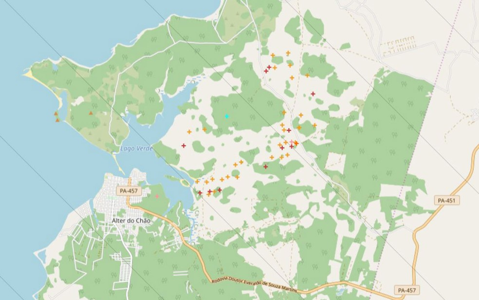 Mapa mostra lugares de Alter do Chão onde, neste domingo (15), havia focos de incêndio, representados por cruzes laranjas e vermelhas — Foto: Reprodução/BDQueimadas/Inpe