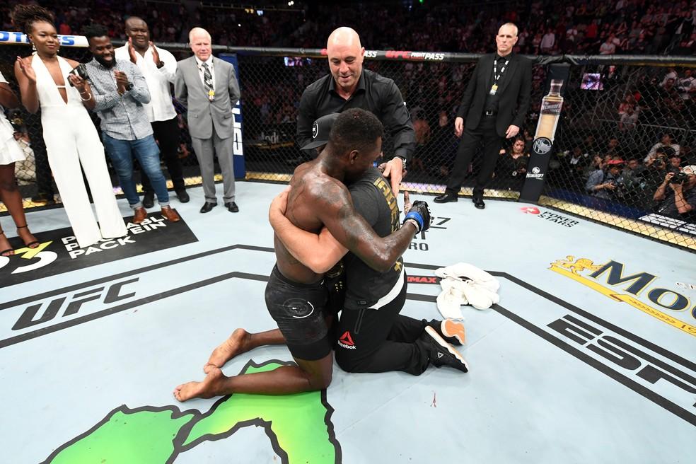 Israel Adesanya presenteia seu treinador com o cinturão do UFC â?? Foto: Getty Images