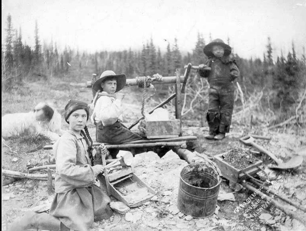 Crianças operam equipamento em mina de hora na região de Yukon, no Canadá, em 1898 — Foto:  Eric A. Hegg/University of Washington Library