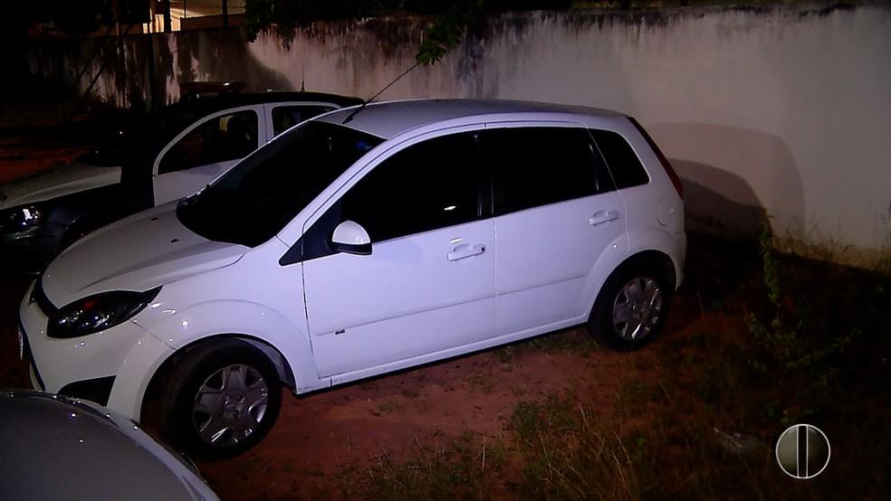 Carro recuperado meia hora após assalto em Natal. (Foto: Reprodução / Inter TV Cabugi)