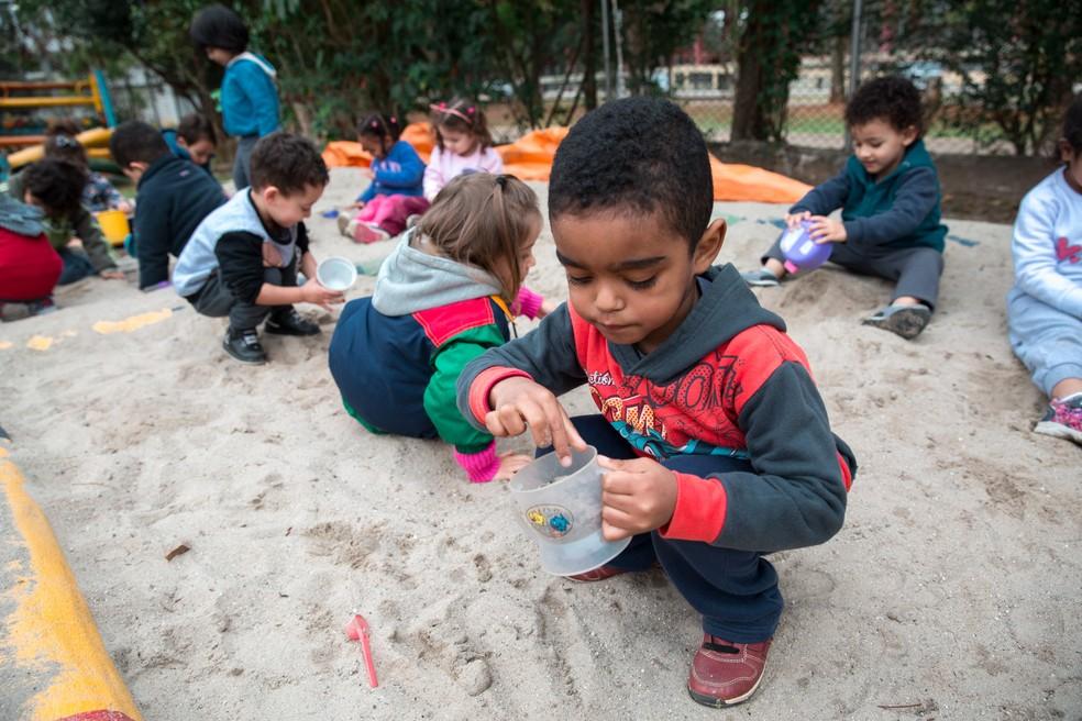 Crianças brincam no tanque de areia da CEI Indianópolis. — Foto: Marcelo Brandt/G1