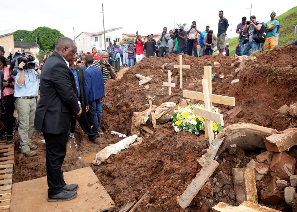 Cyril Ramaphosa, presidente sul-africano, presta homenagem a mortos em inundação em Chatsworth, subúrbio de Durban — Foto: Rogan Ward/Reuters
