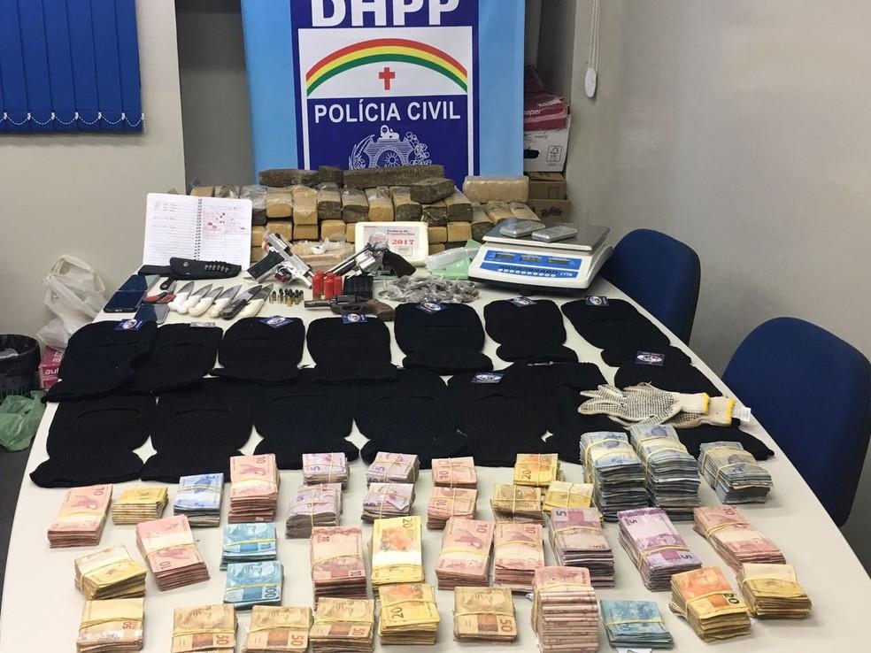 Dinheiro, máscaras e facas foram apreenndidos na ação policial (Foto: Divulgação/Polícia Civil)