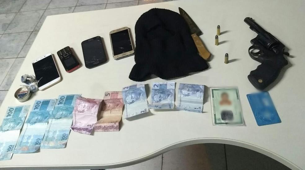Objetos apreendidos pela Polícia Militar com suspeitos  — Foto: PM/Divulgação