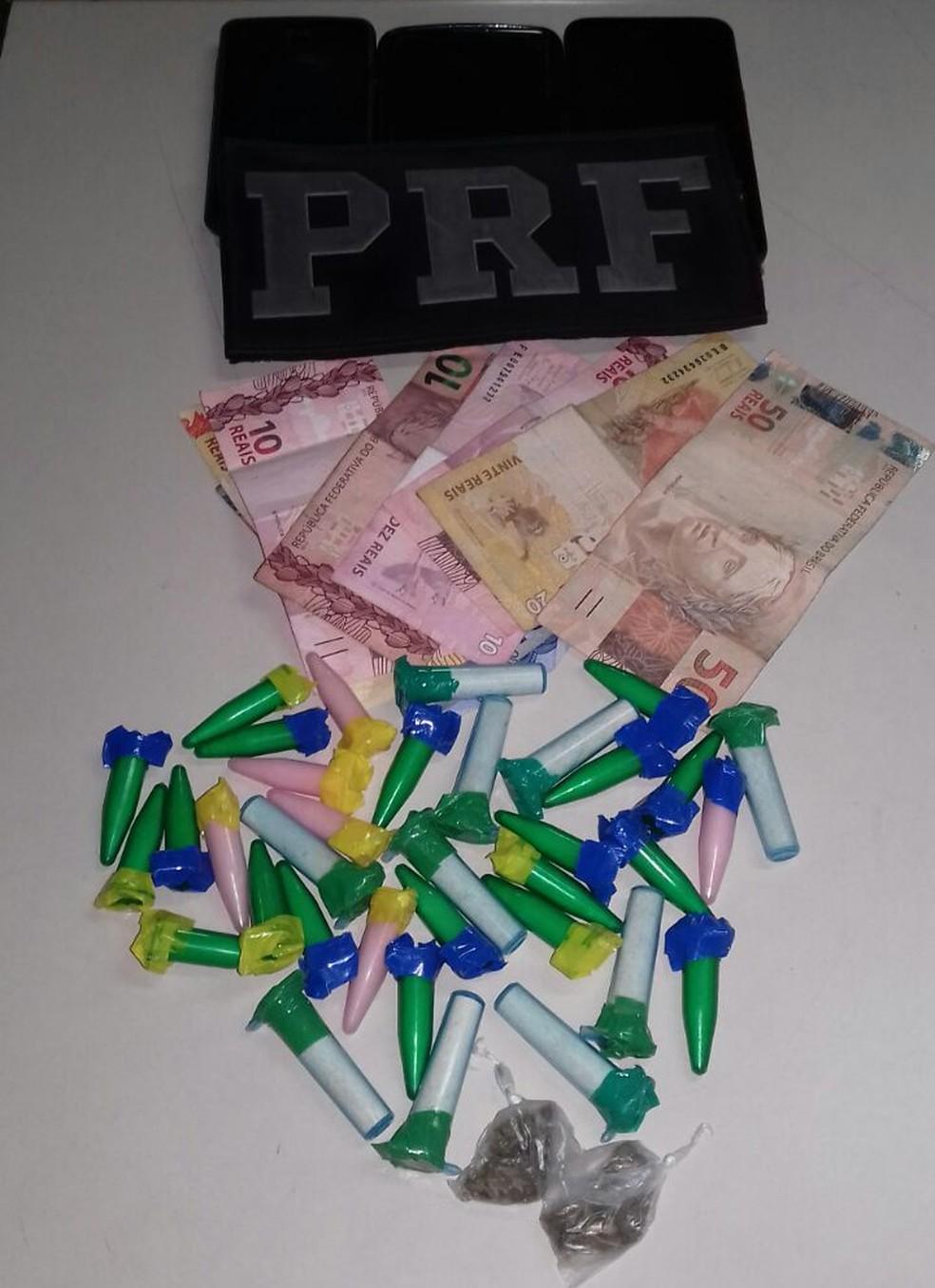 Segundo a PRF, o trio estava levava 35 pinos de cocaína e duas buchas de maconha em um carro (Foto: Divulgação/PRF)