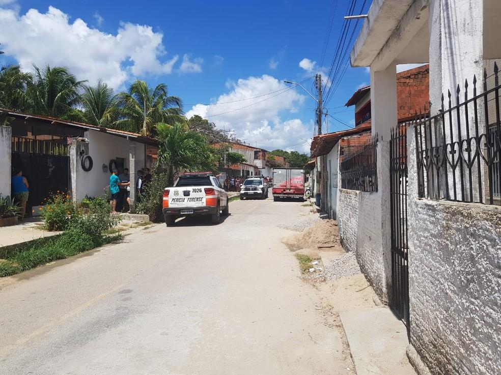 Jovem foi morto a tiros na frente do pai, na Grande Fortaleza. — Foto: Ricardo Mota/ Sistema Verdes Mares