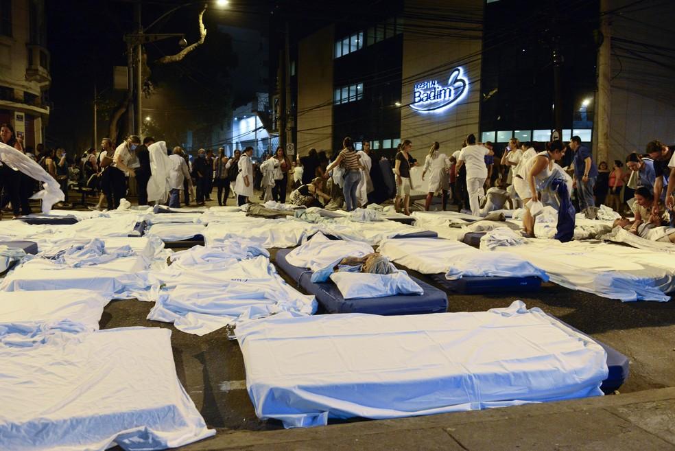 Incêndio no hospital Badim na Tijuca na Rua São Francisco Xavier pacientes são evacuados, camas chegaram a ser montadas no meio da rua, na noite desta quinta-feira (12) no Rio de Janeiro, RJ. — Foto: CELSO PUPO/FOTOARENA/ESTADÃO CONTEÚDO