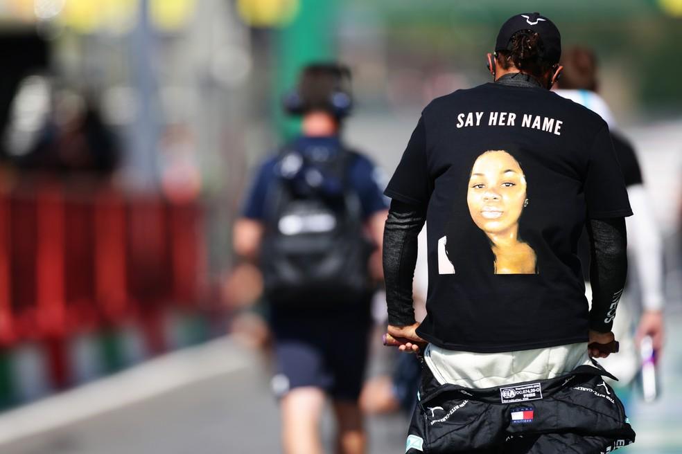 Lewis Hamilton protesta contra policiais que mataram jovem americana — Foto: Getty Images