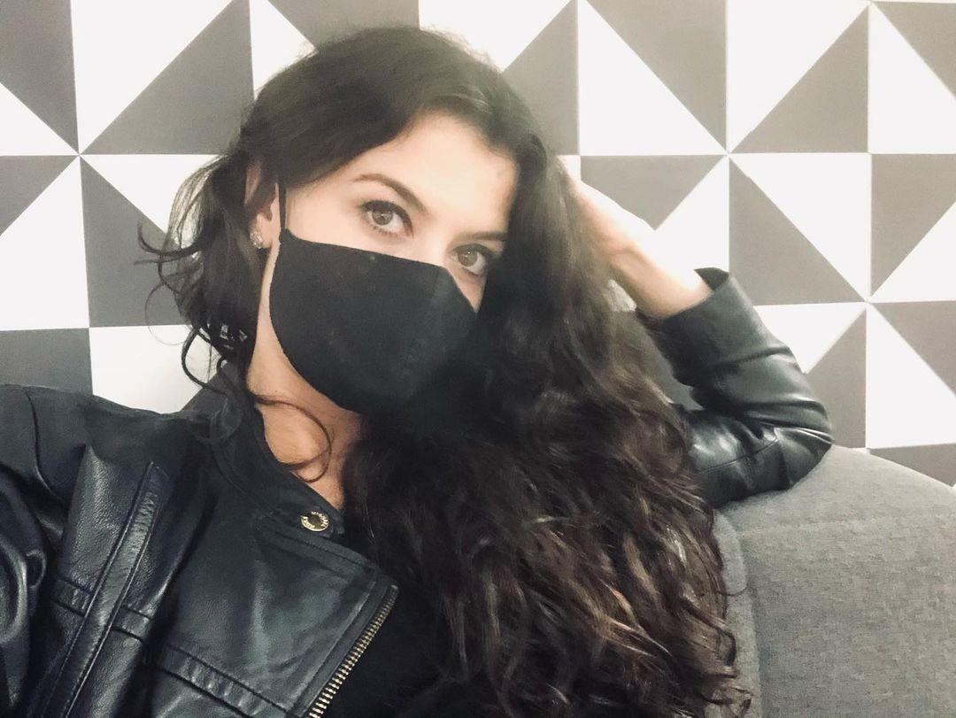 Alinne Moraes posa nos bastidores de 'Um Lugar ao Sol' - Quem | TV e Novelas