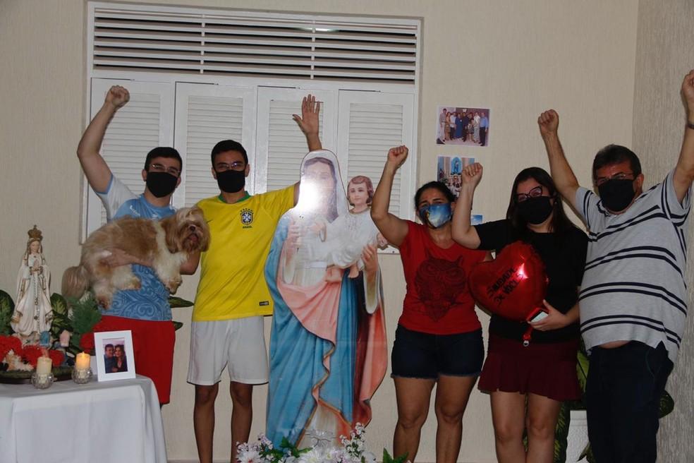 Pai, mãe, filhos e secretária da família comemoram recuperação — Foto: Cedida