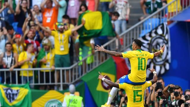 Neymar nos ombros de Paulinho