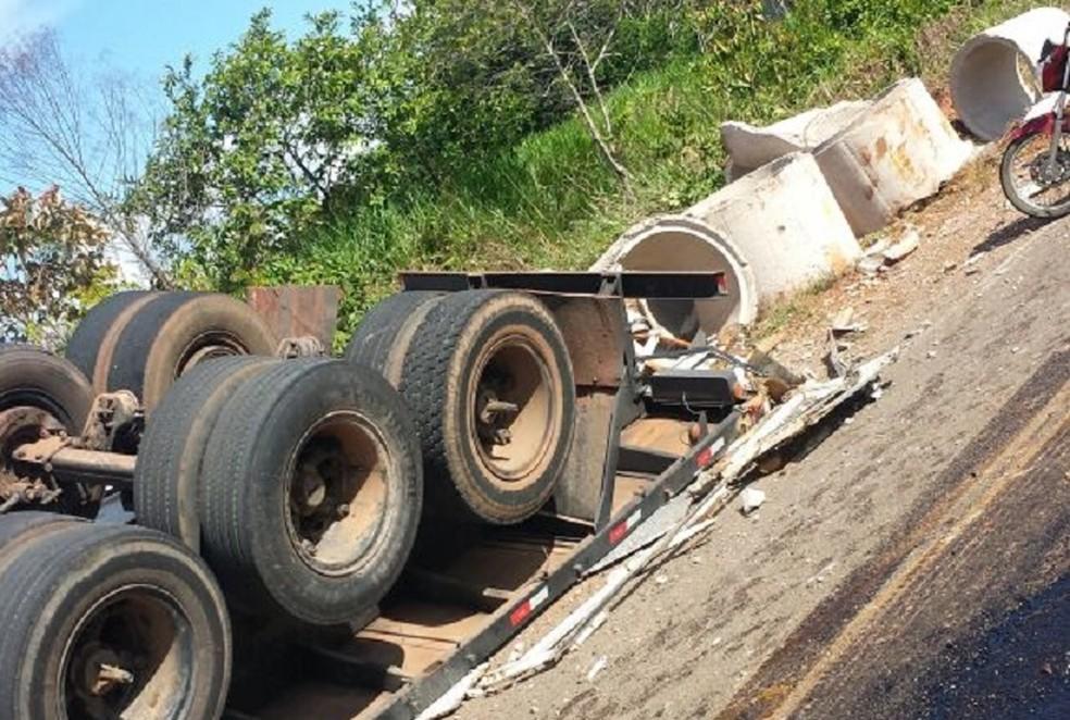 -  Caminhão que transportava manilhas para obras de asfaltamento em rodovia tomba em rodovia  Foto: Anotíciamais/Reprodução