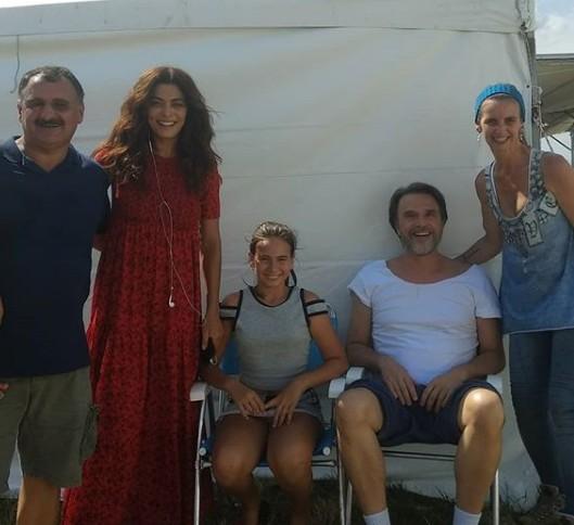 Fãs posam com o elenco de 'Dias felizes' (Foto: Reprodução Instagram)